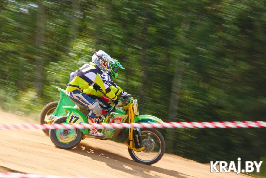В соревнованиях по мотокроссу в Молодечно участвовали и мотоциклы с коляской. Фото Михаила Маржевского, Kraj.by