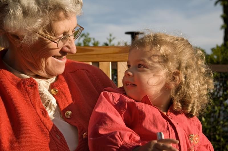 Старая бабушка моется с внучкой фото 359-767