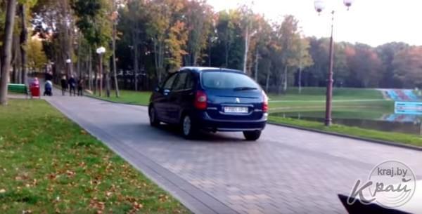 Водитель легковушки катается по парку в Молодечно - Kraj.by