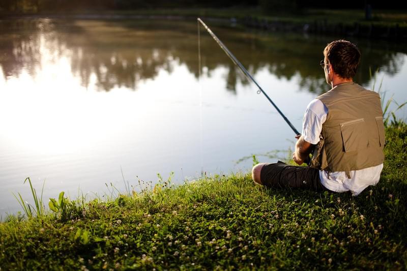 как человек ловит рыбу фото