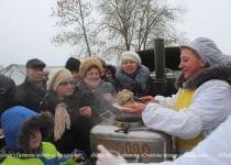 После крещенского купания сморгонцам предлагали горячий чай и гречневую кашу. Фото с сайта www.shliah.by