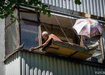 Минчанин сделал лежак за балконом третьего этажа, чтобы загорать. Фото с сайта news.tut.by