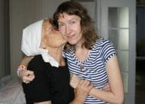 Бабушка мечтает, чтобы ее любимой внучке стало хоть немного легче. Фото: Ольга Декснис, Имена