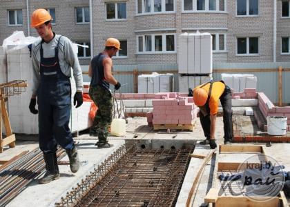 В микрорайоне Северный-2 в Вилейке строят два новых дома. Фото Юлии Лахвич, Край.бай
