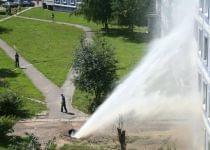 «Горячая вода хлынула в окна». В минском дворе прорвало трубу, фонтан поднялся до 4-го этажа. Фото с сайта tut.by