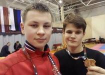 Кирилл Занкевич (справа) с золотой медалью на турнире в Латвии. Фото со страницы Кирилла ВКонтакте