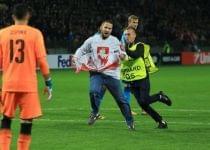 Александр Венгерский выбежал на поле с национальным флагом во время матча БАТЭ с Арсеналом. Фото с сайта euroradio.fm