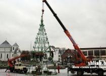 В Сморгони 11 декабря начали устанавливать 18-метровую главную елку. Фото с сайта www.shliah.by