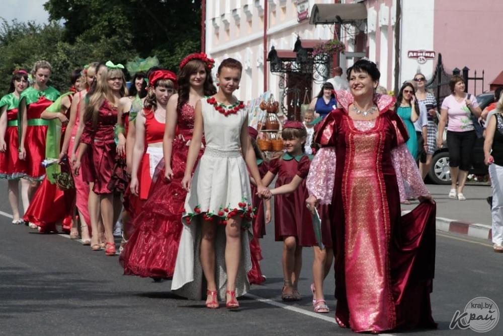 Défilé pour le Festival cerise au Bélarus Glubokoje en juillet